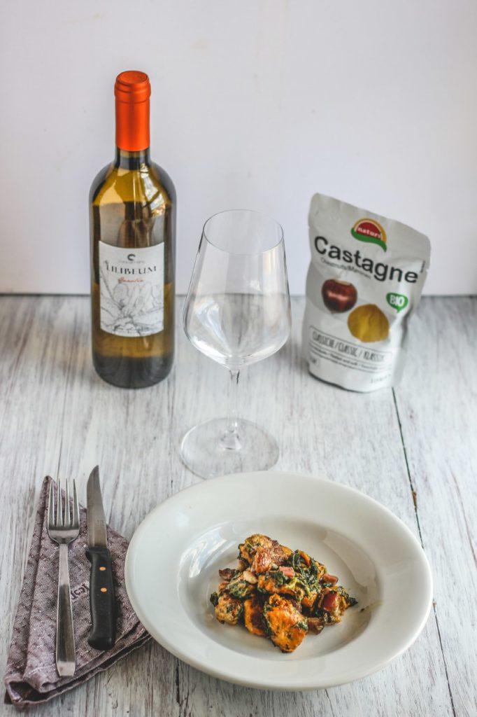 gnocchi cavolfiore e castagne con una bottiglia di vino