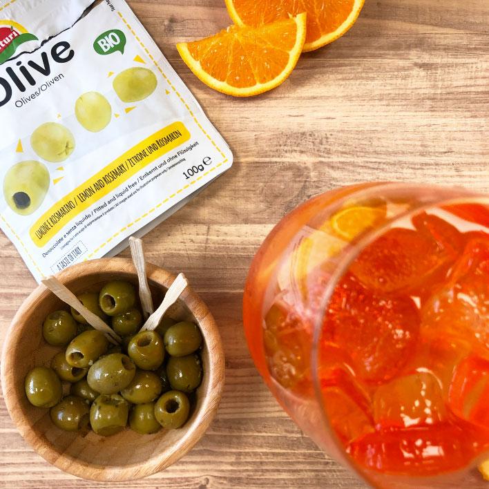 aperitivo con olive al limone e rosmarino e aperol spritz